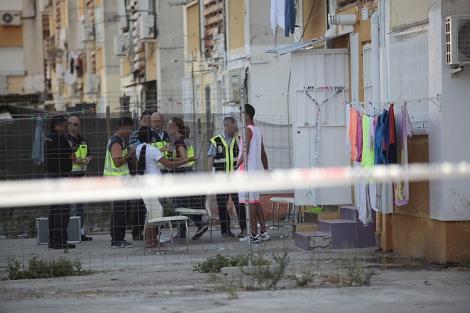 Varios agentes de la Policía Nacional, en el lugar de los hechos.   Jesús Morón