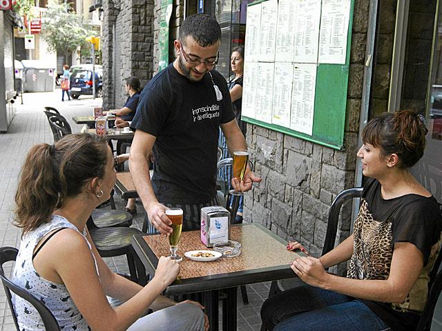 Camarero sirviendo unas cervezas en una terraza de Barcelona. | Jordi Soteras