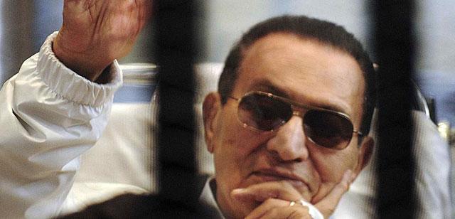 Hosni Mubarak, en una de las sesiones de su juicio.   Reuters