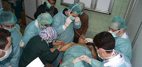 Una de las víctimas del ataque es atendida en un hospital de Alepo. | Afp