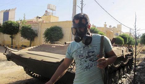 Un soldado del Ejército Libre de Siria con una máscara anti gas.| Efe