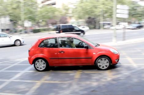 Un coche realiza el giro de la Castellana a Profesor Waksman. | Giulio M. Piantadosi