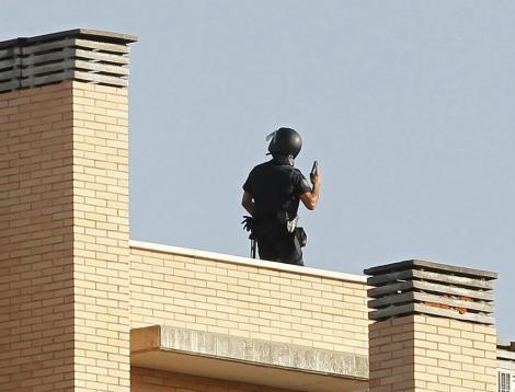 Un agente rastrea las azoteas del edificio del suceso, este jueves (Sergio González)