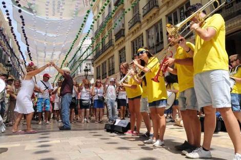 Una charanga suple la falta de gente en calle Larios amenizando con su música. | N. Alcalá