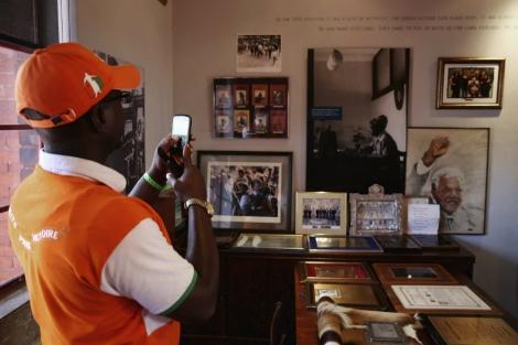 Un visitante saca fotos dentro de la casa de Mandela. | Getty