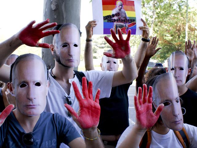 Concretrados en la protesta contra la 'ley antigay de Putin' con caretas del presidente. | Daniel J. Ollero