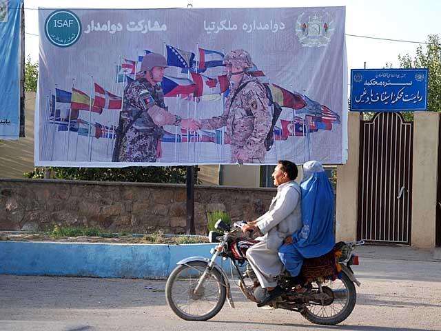 Valla publicitaria en Qala-e-now, sobre la colaboración de las tropas extranjeras y afganas. | Mònica Bernabé