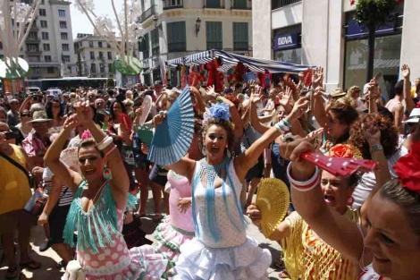 La entrada a calle Larios en una de las horas de más público de la feria de día.   Jesús Domínguez.