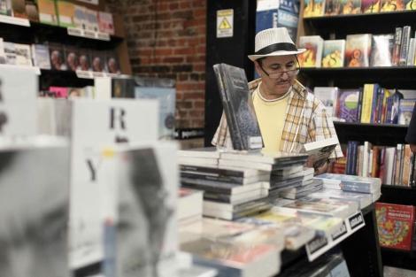 Un hombre mira libros durante una Feria   Efe