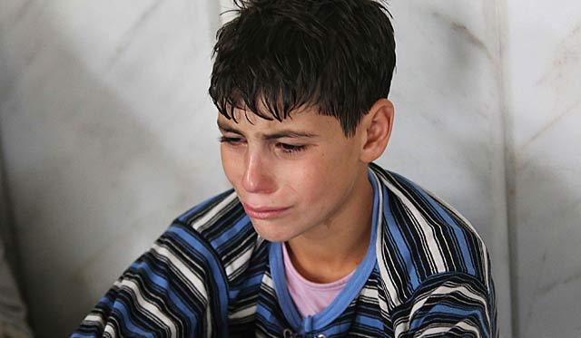 Un chico llorando tras sobrevivir al presunto ataque químico cerca de Damasco. | Reuters