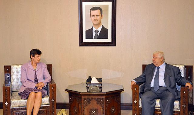 La alta representante de la ONU, con el ministro de Exteriores, ante un retrato de Asad. | Sana