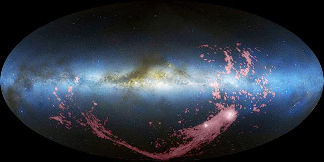 La Corriente de Magallanes (en rosa) ante la Vía Láctea | NRAO/AUI/NSF, LAB Survey/ Observ. de Parkes, Westerbork y Arecibo