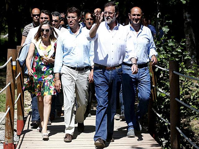 Mariano Rajoy, durante un paseo junto al cauce del río Umia.   Javier Lizon / Efe