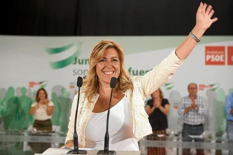 Susana Díaz saluda tras su discurso en el Comité Director del PSOE-A. | Conchitina