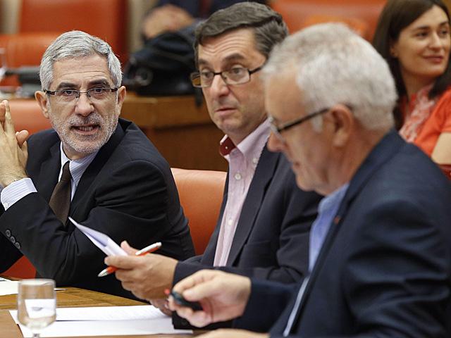José Luis Centella (centro), el martes durante la reunión de la Diputación Permanente.   C. Moya / Efe