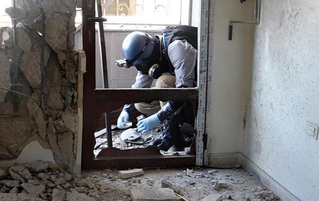 Un experto de la ONU recoge muestras en la zona en la que se habría producido el ataque.| Afp
