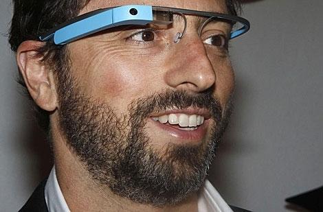 El cofundador de Google Sergey Brin posa con una Google Glass.   Reuters