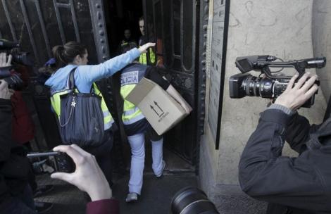 Agentes de la Policía entran en la sede de Método 3 el pasado febrero. | Antonio Moreno