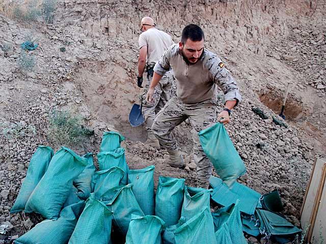 Militares españoles preparan el lugar de la detonación con sacos terreros, en la base de Qala-e-now. | M. B.