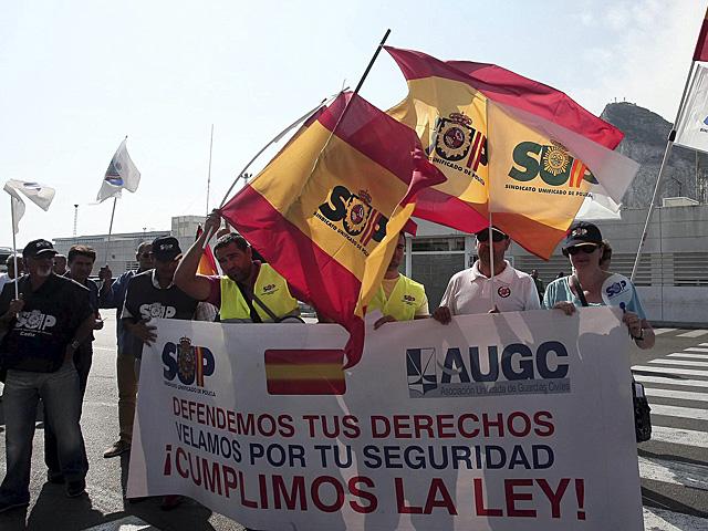 Miembros de los sindicatos de la Guardia Civil y la Policía Nacional, en la protesta ante la frontera. | Francisco Ledesma