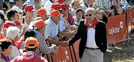 Alfonso Guerra saluda a los asistentes en 2009. | Carlos S. Campillo / ICAL