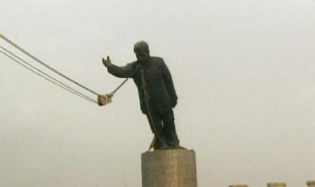 Una grúa derriba la estatua de Sadam Husein en Bagdad.