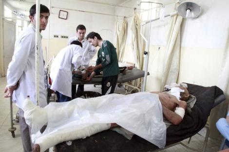 Los médicos atienden a algunos de los heridos en el ataque en Kunduz (Afganistán).| Efe