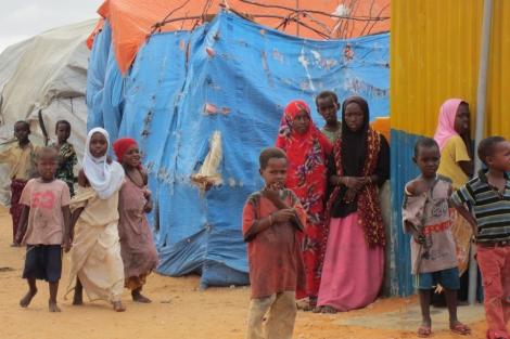 Varias mujeres y niños somalíes, en un campo de desplazados. | Amnistía Internacional