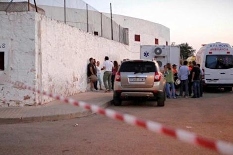 Varias personas cerca de la enfermería de la plaza donde fue atendido el mozo. | S. Enríquez