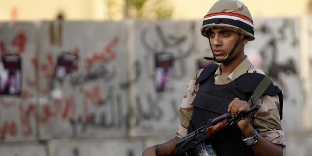 Un soldado carca del palacio presidencial durante las protestas de los Hermanos Musulmanes.   Reuters