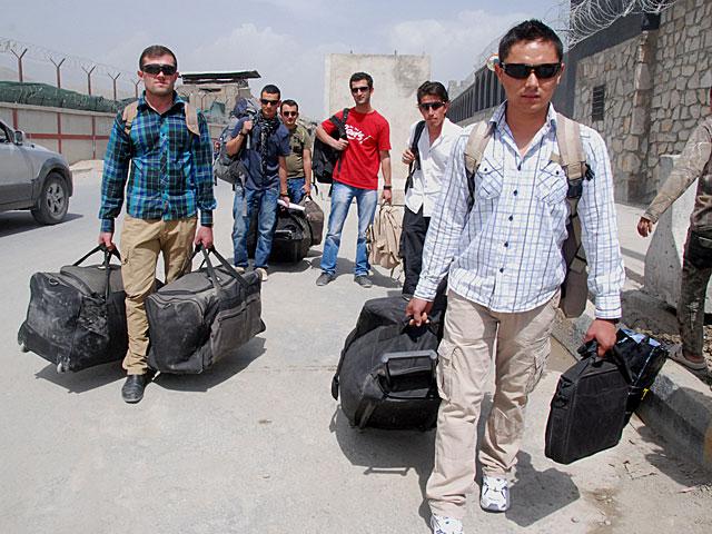 Los intérpretes afganos, saliendo de la base militar este lunes, tras llegar a Kabul. | Foto: Mònica Bernabé.