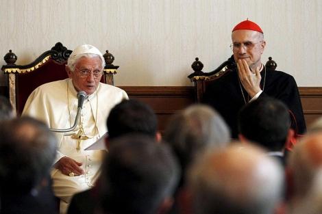 Tarcisio Bertone (dcha.) junto a Benedicto XVI, | Efe