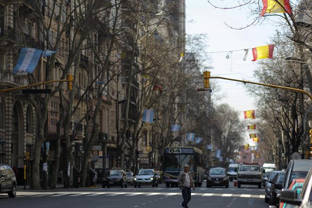 Banderas de España y Argentina ondean en Buenos Aires ante la decisión del COI. | Efe