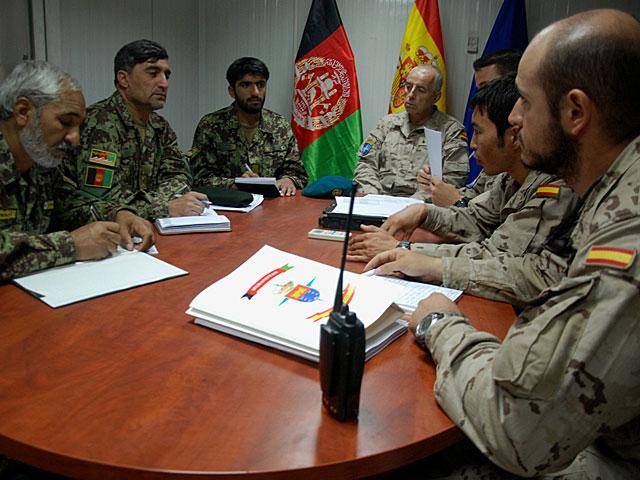 Militares españoles, reunidos con oficiales afganos en Qala-e-now para la transferencia de la base. M. B.