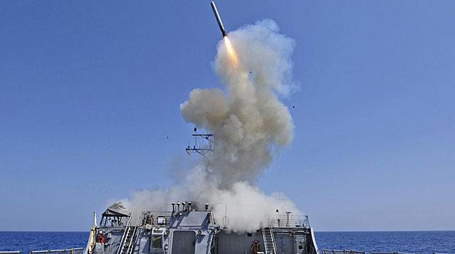 El destructor USS Barry, en el Mar Mediterráneo, lanza un misil. | Reuters