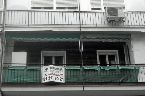 Cartel de 'Vendido' en el balcón de un piso usado de Madrid. | J. S. C.