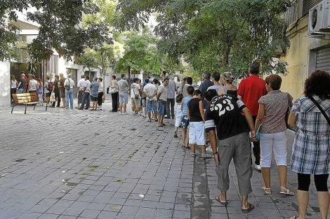 Desempleados hacen cola en una oficina del Servef. | Benito Pajares