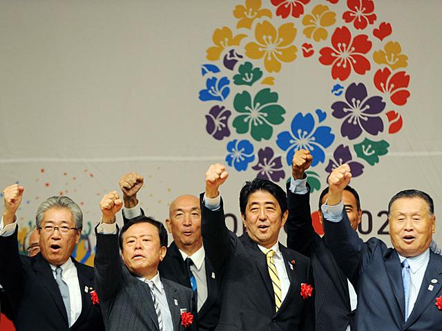 El primer ministro japonés, Shinzo Abe (segundo a la dcha.), con los miembros del comité de Tokio. | Afp