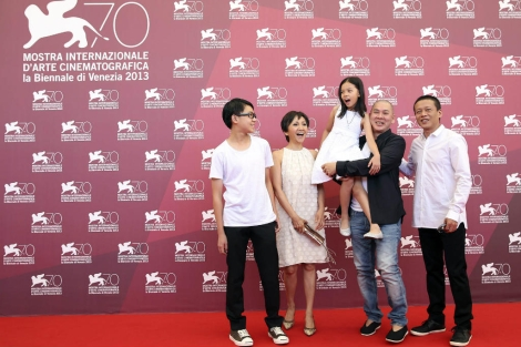 Los actores de 'Stray Dogs' posan junto al director Tsai Ming-liang. | Reuters