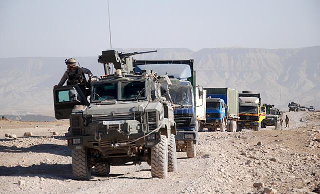Los vehículos del convoy, parados en el trayecto hacia Herat. | M. B.