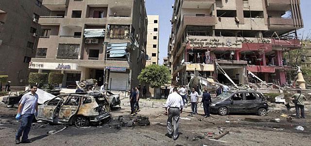 La policía cairota inspecciona el lugar del atentado. | Efe