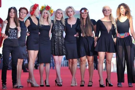 Las chicas de Femen con la directora en Venecia.| Afp