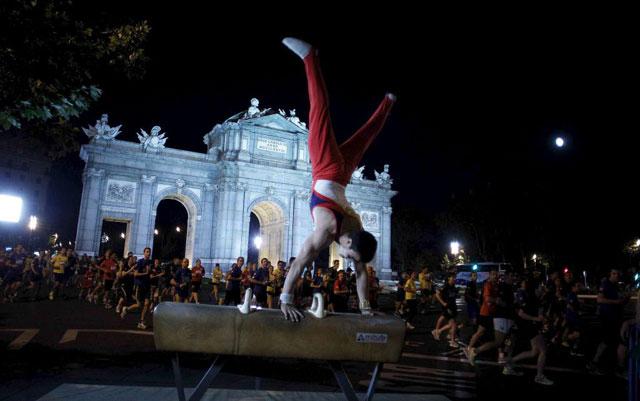 Atleta en el Palacio de Comunicaciones en Madrid