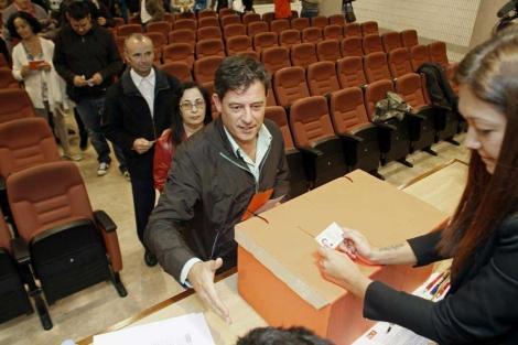Besteiro ejerce su derecho al voto.| Efe