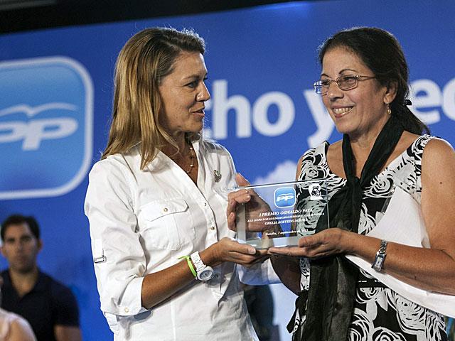 Cospedal entrega el Premio Oswaldo Payá a Ofelia Acevedo.   Foto: Efe / Rubén Francés.