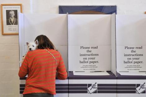 Una mujer vota en un colegio electoral en Sídney.| Efe