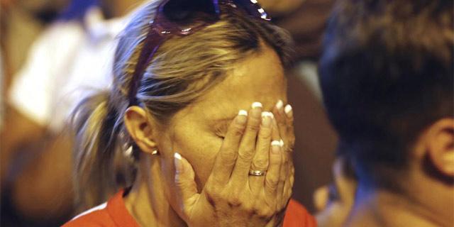 Una madrileña llora tras conocer la decisión del COI. | Efe