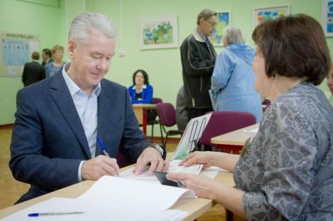 Sergei Sobyanin vota en su colegio electoral. | Efe