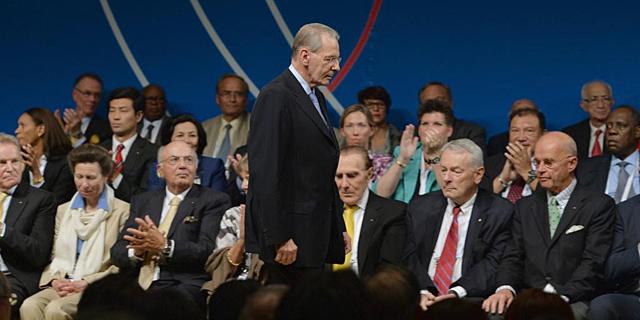 Jacques Rogge pasa junto a varios miembros del COI. | Efe
