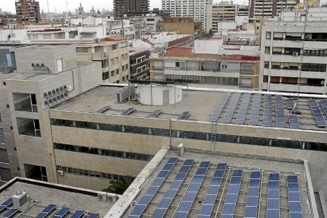 Paneles solares en el techo de la Facultad de Filología de Valencia.   EM